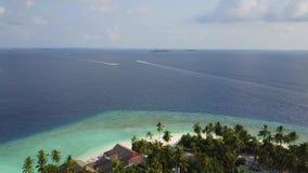 Opinião aérea do panorama do hotel de resort da ilha tropical com as palmeiras brancas da areia e do Oceano Índico de turquesa em filme