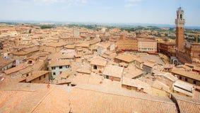 Opinião aérea do panorama Siena Historic Old Town, Itália, com Praça del Campo e torre de Mangia no dia de Palio imagem de stock