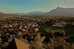 Opinião aérea do por do sol bonito em Salzburg, Áustria, Europa Cidade nos cumes do nascimento de Mozart Vista panorâmica da skyl foto de stock royalty free