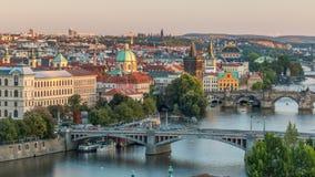 Opinião aérea do por do sol do rio e das pontes de Vltava que nivelam o timelapse, Praga filme