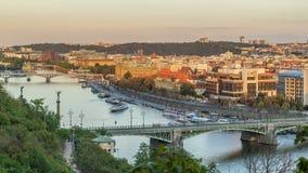 Opinião aérea do por do sol do rio e das pontes de Vltava que nivelam o timelapse, Praga vídeos de arquivo