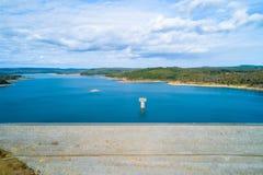 Opinião aérea do reservatório de Cardinia na esmeralda fotos de stock royalty free