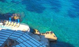 Opinião aérea do seascape às águas de turquesa da distância do mar e das ilhas de adriático, perto da cidade Dubrovnik na Croácia fotos de stock royalty free