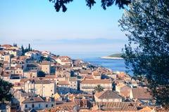 Opinião aérea do seascape às águas de turquesa do mar de adriático na Croácia de Hvar da ilha Destino famoso do curso da navigaçã fotos de stock