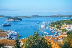 Opinião aérea do seascape às águas de turquesa do mar de adriático na Croácia de Hvar da ilha Destino famoso da navigação do curs fotografia de stock