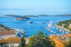 Opinião aérea do seascape às águas de turquesa do mar de adriático na Croácia de Hvar da ilha Destino famoso da navigação do curs fotos de stock