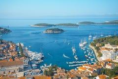 Opinião aérea do seascape às águas de turquesa do mar de adriático na Croácia de Hvar da ilha Destino famoso da navigação do curs foto de stock