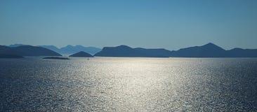 Opinião aérea do seascape às águas de turquesa do mar e das ilhas de adriático na distância, perto da cidade Dubrovnik na Croácia fotografia de stock