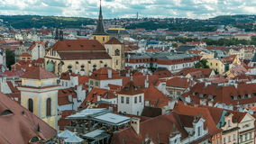 Opinião aérea do timelapse dos telhados vermelhos tradicionais da cidade de Praga, República Checa com a igreja de St Jilji video estoque