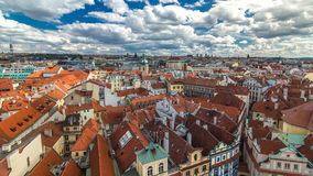 Opinião aérea do timelapse dos telhados vermelhos tradicionais da cidade de Praga, República Checa com a igreja de St Jilji vídeos de arquivo