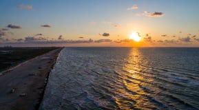Opinião aérea do zangão acima de nascer do sol tropical surpreendente no nascer do sol da ilha do capelão sobre o Golfo do México Foto de Stock