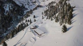 Opinião aérea do zangão do alojamento Cassinelli após uma queda da neve Cumes italianos Imagens de Stock Royalty Free