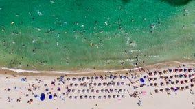 Opinião aérea do zangão da angra da praia com os povos que nadam em Erdek Turankoy/Balikesir/Turquia fotografia de stock royalty free
