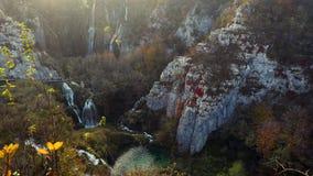 Opinião aérea do zangão da cachoeira, de lagos e da floresta bonitos do outono no parque nacional de Plitvice, Croácia video estoque