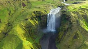 Opinião aérea do zangão da cachoeira de Skogafoss em Islândia, uma da atração turística a mais famosa do país filme