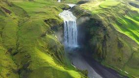 Opinião aérea do zangão da cachoeira de Skogafoss em Islândia, uma da atração turística a mais famosa do país video estoque