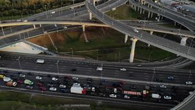 Opinião aérea do zangão da estrada da junção do multi-nível da estrada com os carros moventes no por do sol Os carros estão moven video estoque