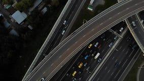 Opinião aérea do zangão da estrada da junção do multi-nível da estrada com os carros moventes no por do sol Os carros estão moven vídeos de arquivo