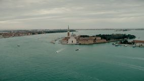 Opinião aérea do zangão da igreja de San Giorgio Maggiore Os barcos de turista navegam perto da igreja de San Giorgio Maggiore Vi video estoque