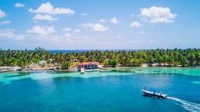 Opinião aérea do zangão da ilha tropical de Caye da água sul no recife de coral de Belize imagem de stock