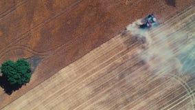 Opinião aérea do zangão da liga que trabalha no grande campo de trigo dourado filme