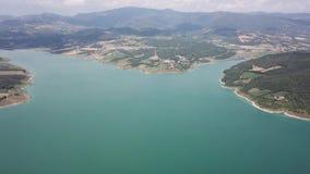 Opinião aérea do zangão da represa do lago Montedoglio um lago artificial Italy filme