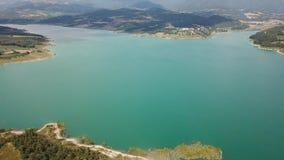 Opinião aérea do zangão da represa do lago Montedoglio um lago artificial Italy vídeos de arquivo