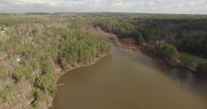 Opinião aérea do zangão da vizinhança do lago dentro de Raleigh, NC video estoque