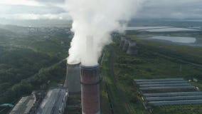 Opinião aérea do zangão das torres de tubulações de fumo e refrigerar do central elétrica do thermal de carvão Vapor de exaustão  filme
