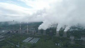Opinião aérea do zangão das torres de tubulações de fumo e refrigerar do central elétrica do thermal de carvão Vapor de exaustão  video estoque