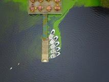 Opinião aérea do zangão de barcos do lago e de casa do lago fotos de stock