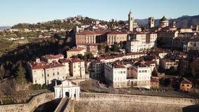 Opinião aérea do zangão de Bergamo, a cidade velha Ajardine na porta velha San Giacomo e em construções históricas video estoque