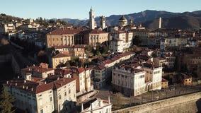 Opinião aérea do zangão de Bergamo, a cidade velha Ajardine na porta velha San Giacomo e em construções históricas filme