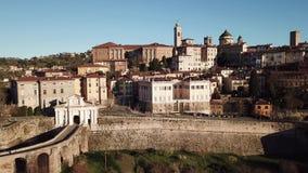 Opinião aérea do zangão de Bergamo, a cidade velha Ajardine na porta velha San Giacomo e em construções históricas vídeos de arquivo