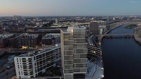 Opinião aérea do zangão de Hamburgo Hafencity e porto no por do sol Edifícios modernos filme