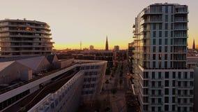 Opinião aérea do zangão de Hamburgo Hafencity e porto no por do sol Edifícios modernos vídeos de arquivo