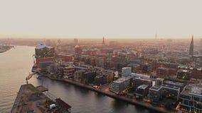 Opinião aérea do zangão de Hamburgo Hafencity e porto no por do sol Edifícios modernos video estoque