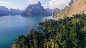 Opinião aérea do zangão de montanhas e do lago bonitos em Khao Sok National Park, Surat Thani fotografia de stock