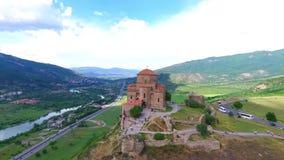 Opinião aérea do zangão de Mtskheta, Geórgia com catedral de Svetitskhoveli filme