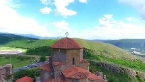 Opinião aérea do zangão de Mtskheta, Geórgia com catedral de Svetitskhoveli vídeos de arquivo