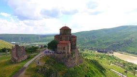 Opinião aérea do zangão de Mtskheta, Geórgia com catedral de Svetitskhoveli video estoque