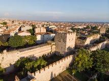 A opinião aérea do zangão de paredes antigas do ` s de Constantinople em Istambul/entrada bizantina de Constantinople é dedicada  fotografia de stock