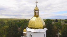 Opinião aérea do zangão de uma igreja 4k do campo video estoque