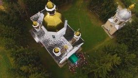 Opinião aérea do zangão de uma igreja 4k do campo vídeos de arquivo