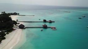 Opinião aérea do zangão de uma ilha tropical cênico em Maldivas video estoque