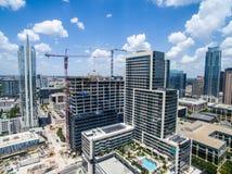 Opinião aérea do zangão do guindaste de construção que constrói arranha-céus novos em Austin Texas imagem de stock royalty free