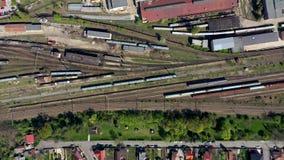 Opinião aérea do zangão 4k do depósito de trem locomotivo velho, cavalos de ferro de estacionamento em rotas da estrada de ferro vídeos de arquivo