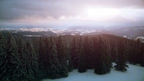 opinião aérea do zangão 4K: Feriados em Ski Resort Bukovel filme