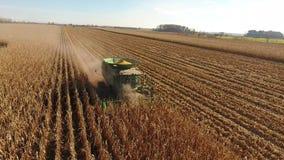 A opinião aérea do zangão 4k na liga enorme da agricultura transporta os veículos das máquinas que colhem o trigo orgânico das co video estoque