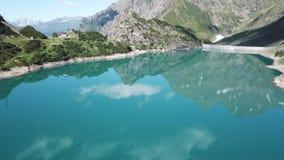 Opinião aérea do zangão do lago Barbellino um lago artificial alpino Cumes italianos Italy video estoque